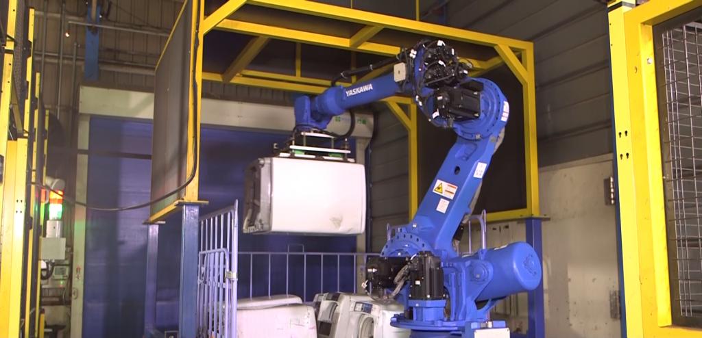 洗濯機を自動でピッキングするロボット